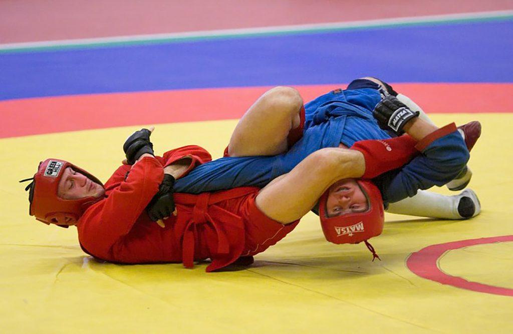¿Qué tan efectivo es el sambo? Se encuentra por encima del judo en cuanto a su efecto letal, lo que lo hace tener una alta efectividad en un combate cuerpo a cuerpo. En la actualidad se divide en tres modalidades, una es para las competencias deportivas, otra se usa para defensa personal, y la tercera es el combate sambo, que incluye prácticas con armas y técnicas de desarme. Este último se desarrolló para el uso militar. Los grandes exponentes en las competiciones de la MMA y la UFC han logrado tener campeones de la altura de Oleg Taktarov, quien tiene el récord de la sumisión más rápida en la historia del campeonato. También está Fedor Emelianenko, quien fue campeón mundial 4 veces y se mantuvo invicto por unos 10 años consecutivos.
